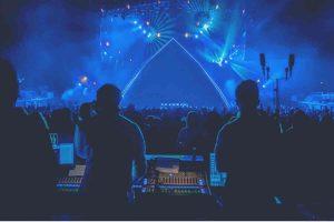 2 djs at a rave